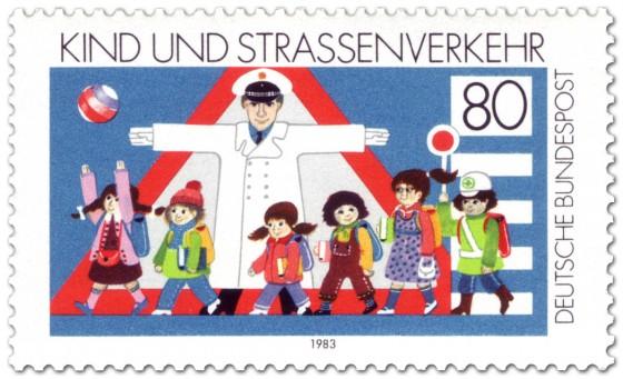 Briefmarke: Kinder auf der Straße mit Polizist