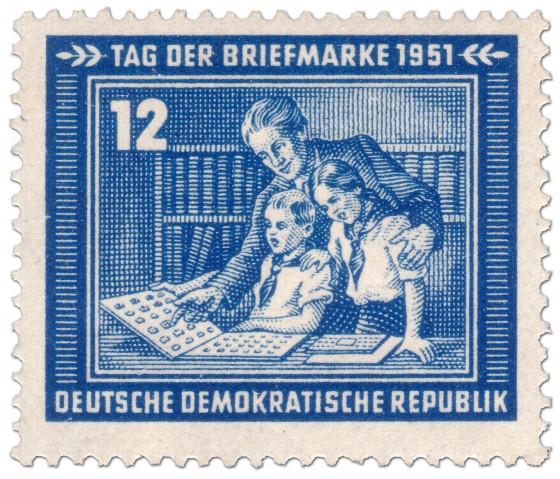 Briefmarke: Kinder sammeln Briefmarken (Tag der Briefmarke 1951)